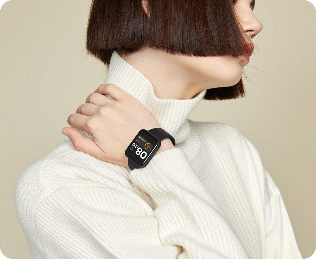 La smartwatch Xiaomi Mi Watch Lite au bras