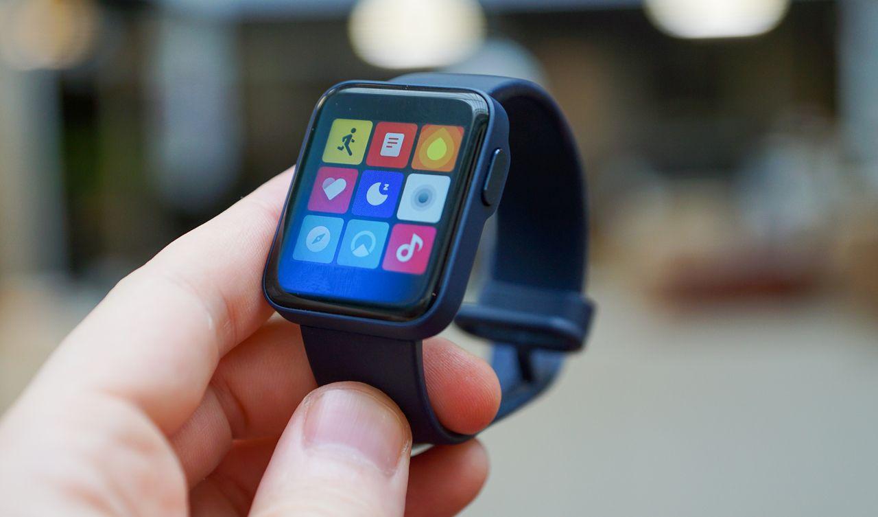 Xiaomi Mi Watch Lite smartwatch sur le bras écran allumé